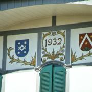 Verzierung und Wappen